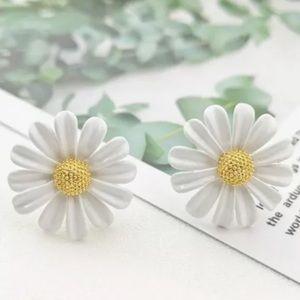New! Adorable flower stud earrings